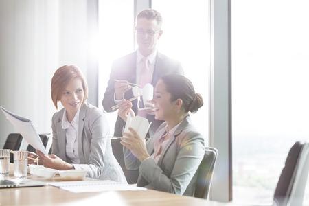 pause repas: Les gens d'affaires ayant pause d�jeuner