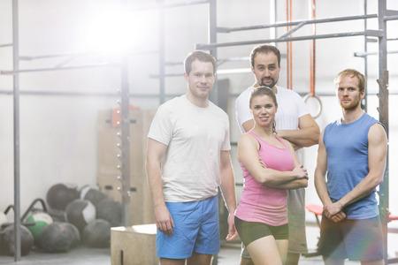 muscle training: Portrait of zuversichtlich, Männer und Frauen, die an CrossFit Fitness-Studio