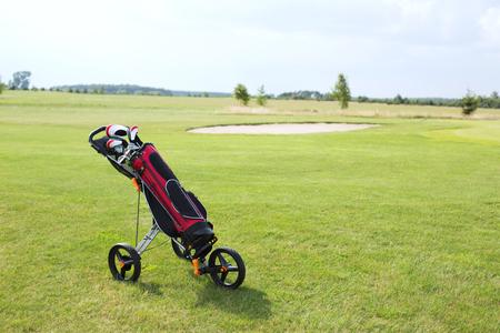 carretilla de mano: Bolsa de club de golf en carretilla de mano al campo de golf contra el cielo