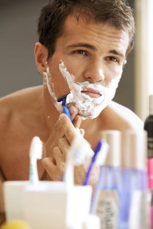 hombre afeitandose: Joven afeitado