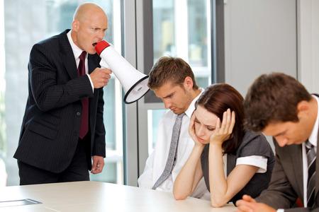 ruido: Joven hombre de negocios caucásico confidente que grita en su empleado LANG_EVOIMAGES