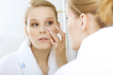reflexion: woman reflexion in mirror LANG_EVOIMAGES