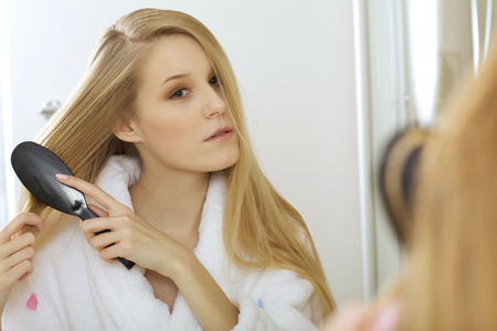 comb hair: Woman brushing hair LANG_EVOIMAGES
