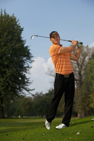 swinging: Young man swinging golf club LANG_EVOIMAGES
