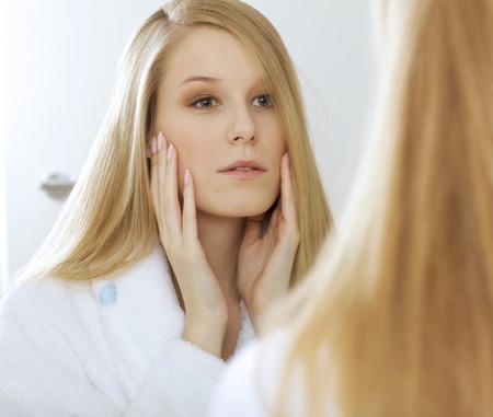 reflexion: Mujer reflejo en el espejo LANG_EVOIMAGES