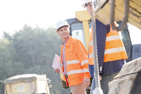 supervisores: Supervisores en discusiones mientras camina en el sitio de construcci�n