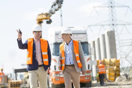 supervisores: Los supervisores que discuten en el sitio de construcción