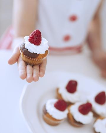plato del buen comer: Niña, tenencia, taza, pastel