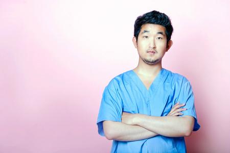 若いアジア研修医のスクラブを着て