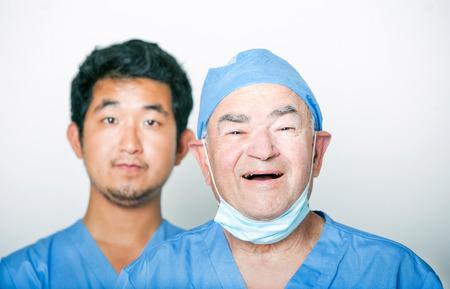 シニア大人の外科医と若いアジア医師の肖像画 写真素材