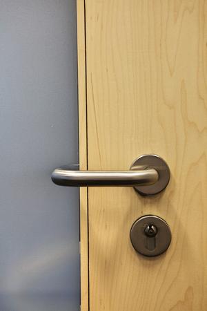 door knob: Closed door with doorknob LANG_EVOIMAGES