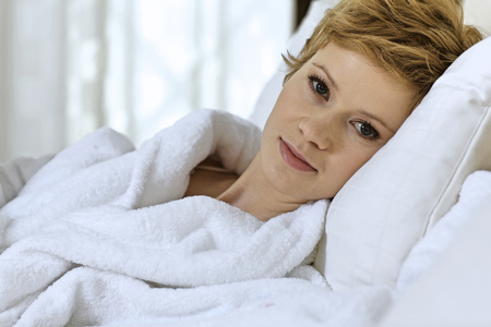 pyjama: young woman in bed LANG_EVOIMAGES