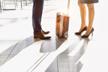 空港に立っているビジネスマンとビジネスウーマンのクロップド画像