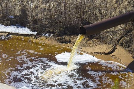 Het industriële afvalwater wordt uit de buis geloosd Stockfoto