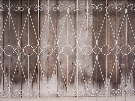 rejas de hierro: Ventana de madera vieja con barras de hierro.
