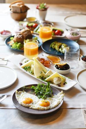Türkisches Frühstück mit verschiedenen Tellern auf einem Tisch