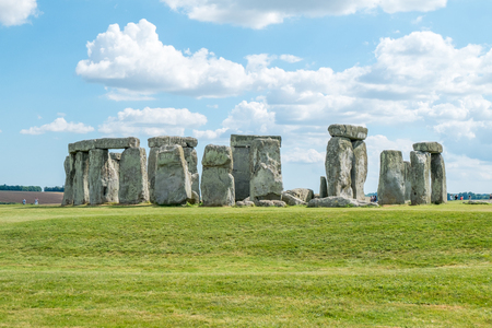 reloj de sol: Stonehenge, England. United Kingdom. with blue cloudy sky.