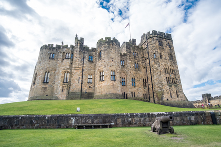 Alnwick Castle in Alnwick in the English county of Northumberland, United Kingdom. It is a location for films and programs. Standard-Bild