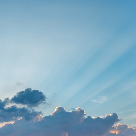 Ciel coucher de soleil coloré avec rayon de lumière Banque d'images