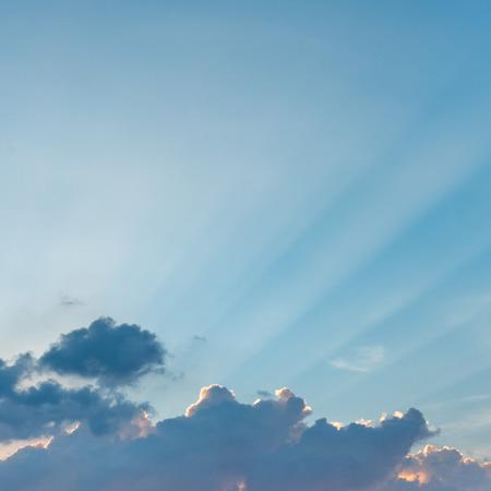 Colorido cielo al atardecer con rayo de luz Foto de archivo
