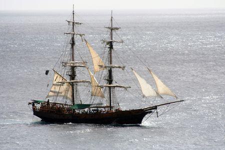 plundering: Een close shot van een piratenschip dat is op zee en zeilen weg