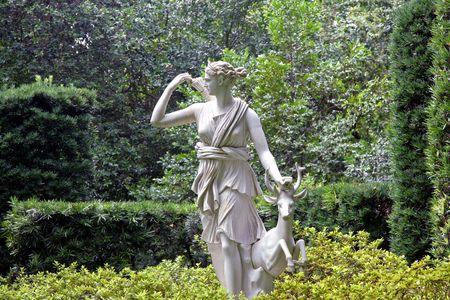 Ein weißer satue eines weiblichen und Damhirschkuh Standard-Bild - 3392661