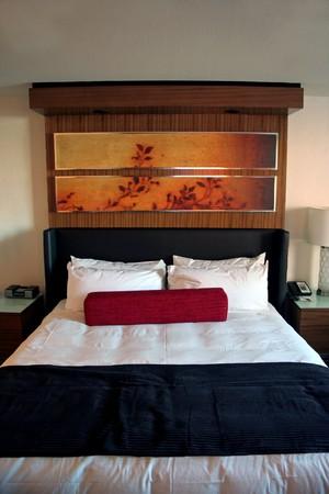 Ein Hotelzimmer Bett mit sauberen weißen Blatt Standard-Bild - 4154782