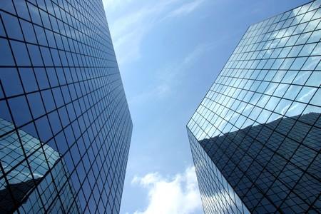 Een opwaartse perspectief van twee zeer moderne wolkenkrabbers Stockfoto