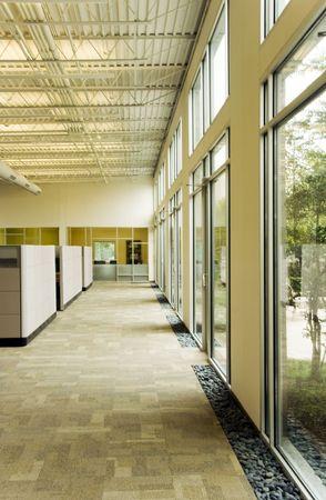 Ein Bürogebäude Flur neben einigen großen Glasfenster Standard-Bild - 4706930