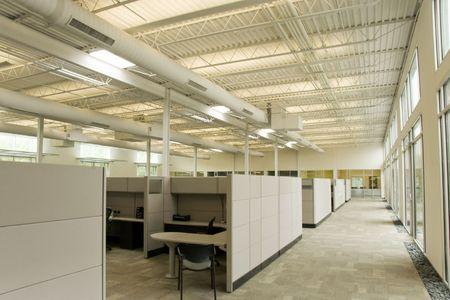 Een collectie van werkplekken in een kantoorruimte Stockfoto