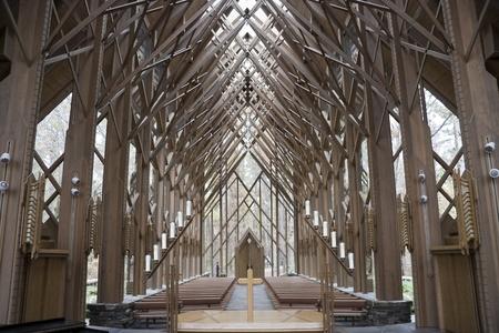 Die Innenseiten eines aus Holz und Glas Kirche aus dem Alter Standard-Bild - 11970703