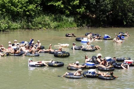 New Braunfels, TX - Mei 2009: Een aantal mensen naar beneden stromen de Guadalupe River bekend om de grote toename van het aantal bezoekers voor de zomer. Knollen waar op 30 mei 2009 genomen in New Braunfels, Texas. Redactioneel