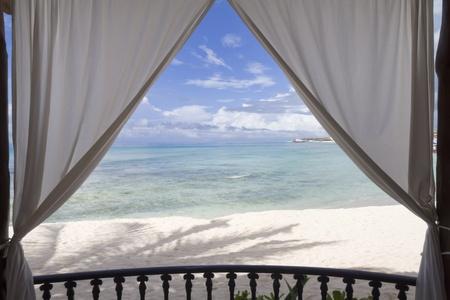 Een ingelijste uitzicht op het strand en de tropische oceaan Stockfoto