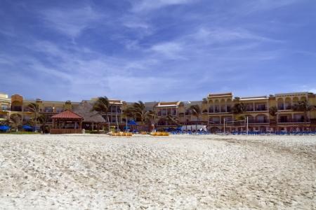 Ein Blick auf ein Hotel-Resort am Strand entlang Standard-Bild - 20371896