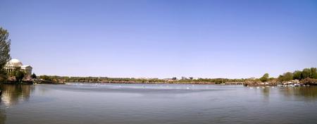 Ein Blick in den Tidal Basin mit seinen Sehenswürdigkeiten in Washington DC Standard-Bild - 37925853