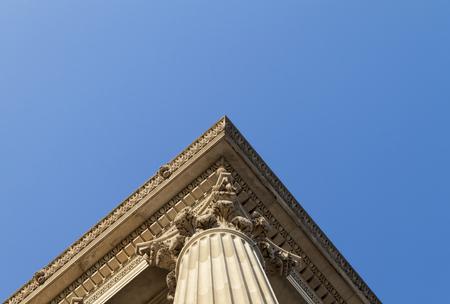 Eine Ecke von einer korinthischen Säule an den Himmel Standard-Bild - 62165736