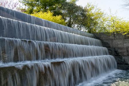 Waterfall falls of the Franklin Delano Roosevelt Memorial (FDR) in Washington D.C., USA Standard-Bild - 105817812