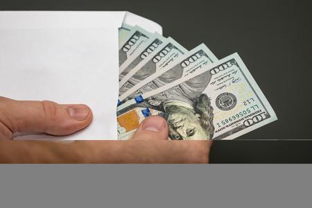 Tenendo i soldi in una busta Archivio Fotografico - 91165469