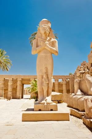 Standbeeld van Ramses II in Karnak tempel, Luxor, Egypte