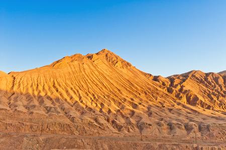xinjiang: Les Monts Flamboyants sont st�riles, �rod�es, des collines de gr�s rouge dans la gamme Tian Shan, Xinjiang, Chine