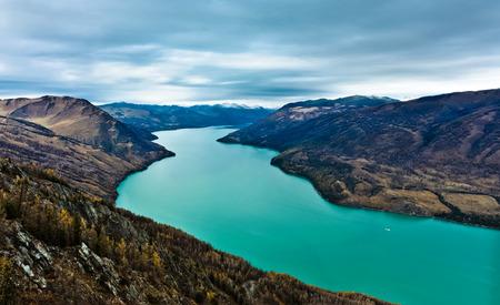 xinjiang: Le lac Kanas dans la préfecture de Altay, Xinjiang, en Chine Le lac est situé dans une vallée dans les montagnes de l'Altaï