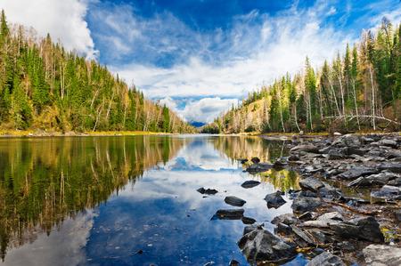 jezior: Jezioro Kanas w prefekturze Ałtaj, Xinjiang, Chiny Jezioro znajduje się w dolinie w górach Ałtaju