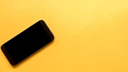 smarthphone sobre fondo naranja