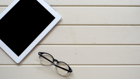 taplet topview copyspace with glasses on wood background Stockfoto