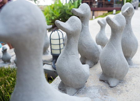 Duck statue in garden close up Imagens