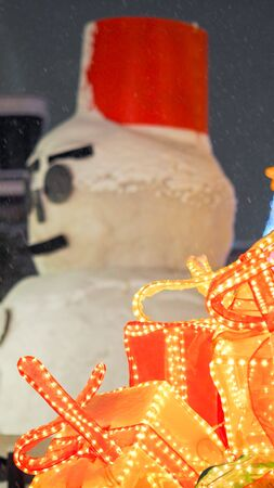 snows man and snow fall with gift close up Imagens