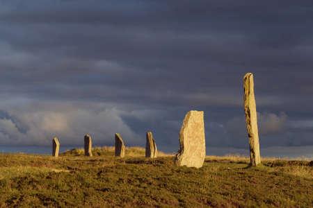 neolithic: Una parte de las Islas Orcadas del sitio neol�tico, el Ring of Brodgar, en la tarde la luz del sol  Foto de archivo