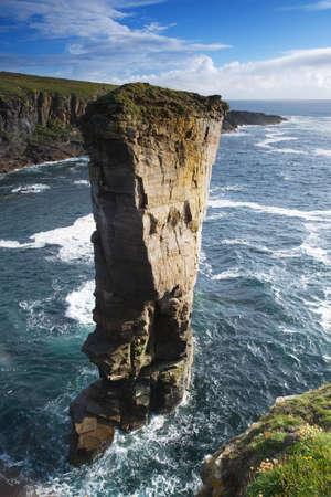 castle rock: Yesnaby Castillo de mar pila en la costa de las Islas Orcadas