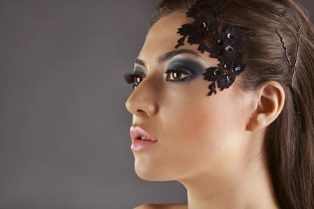 barrettes: Bella ragazza con decorazione sulla faccia, di profilo, mollette tra i capelli Archivio Fotografico