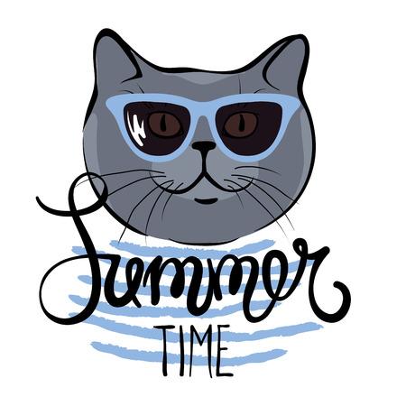 Verano divertido dibujo a mano caligrafía / Gato azul británico en gafas de sol Ilustración de vector